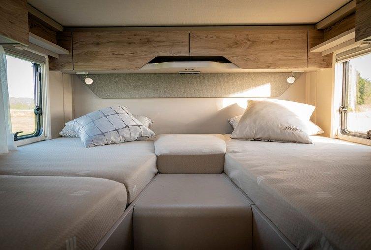 Dans la chambre, les placards de pavillon au-dessus de la tête de lit sont en option. De série, on dispose d'une étagère ouverte.