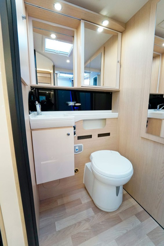 Dans le cabinet de toilette, les nombreux miroirs participent encore à agrandir l'espace.