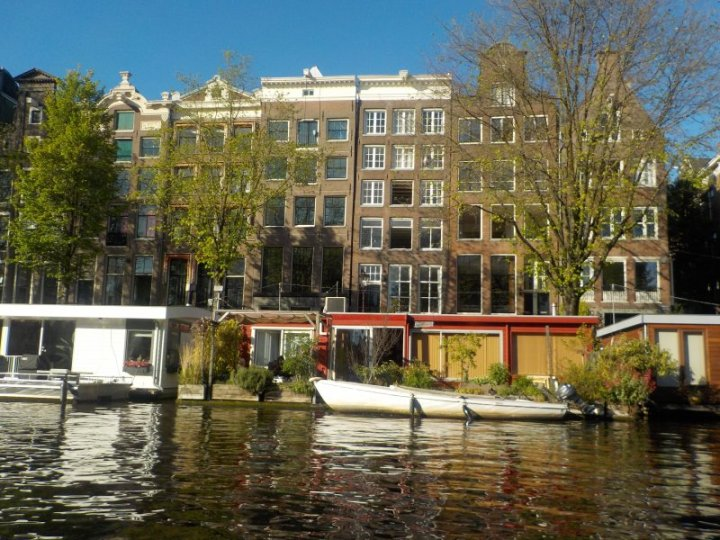The waterways are so well maintained in a major city with so many house boats located all along the canals.