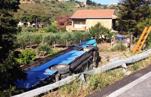Violento scontro tra auto e pullman sulla Ss115, un morto e un ferito grave