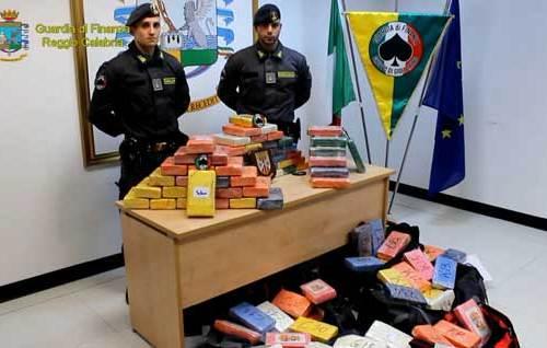 Gettano in mare 385 Kg di cocaina prima di entrare in porto. La GdF arresta 9 membri dell'equipaggio di una portacontainer