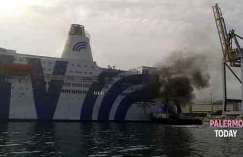 Incendio nelle sale macchine, fiamme a bordo del traghetto