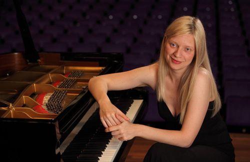 [EVENTI] Valentina Lisitsa omaggia Castellammare: la grande pianista ucraina si esibirà nella chiesa Madre [video]