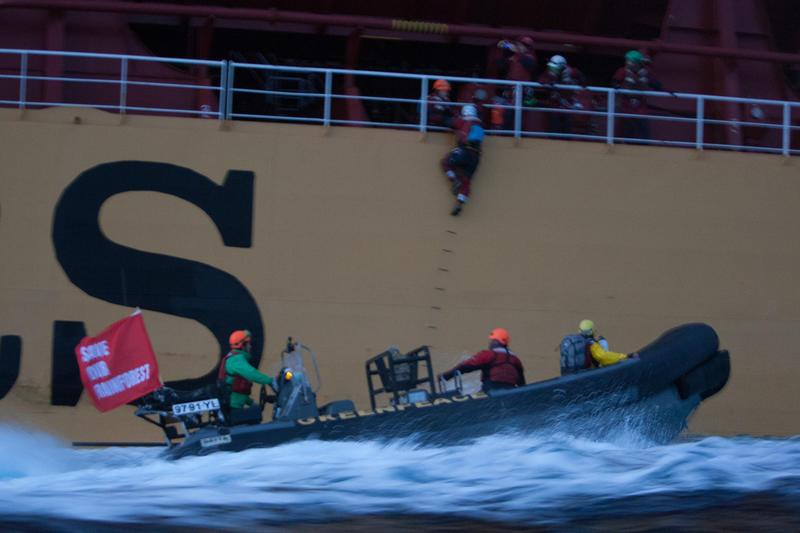 [Ambiente] Sei attivisti di Greenpeace arrestati a bordo di una nave che trasporta olio di palma in Europa (Fotogallery)