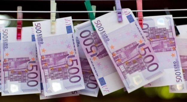 Ha scritto un saggio sulla frode fiscale, poi ha riciclato 100 milioni di euro