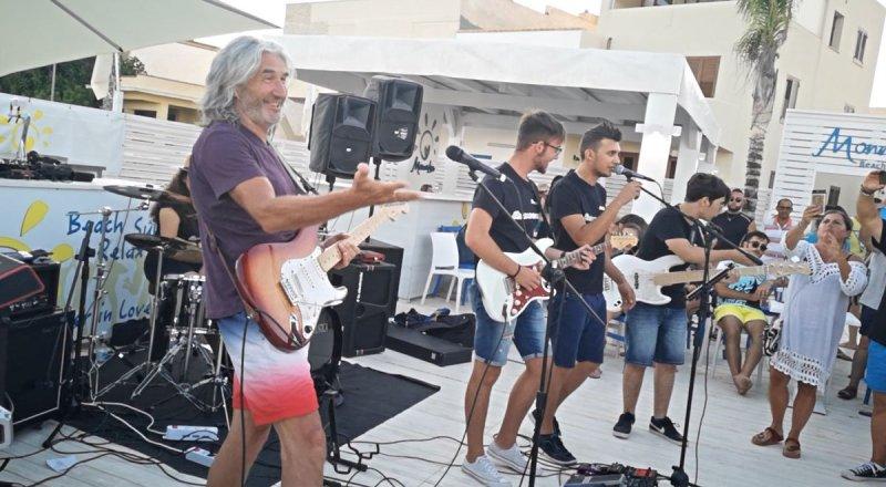 Campobello. Phil Palmer, il chitarrista dei Dire Straits a sorpresa si esibisce a Tre Fontane