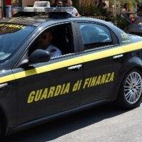 Fermati alla frontiera con un assegno da 100 milioni di euro: indagini