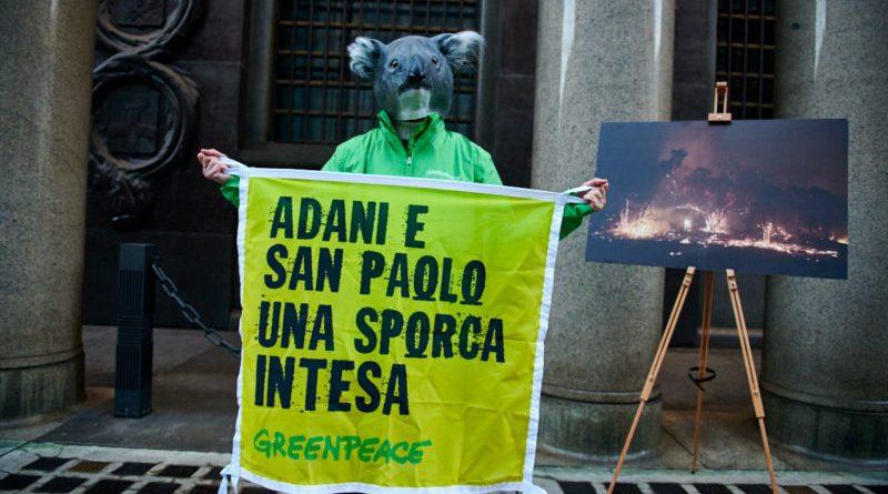 Greenpeace in azione per chiedere a Intesa San Paolo di fermare i finanziamenti ai combustibili fossili, principale causa dell'emergenza climatica in corso [Fotogallery]