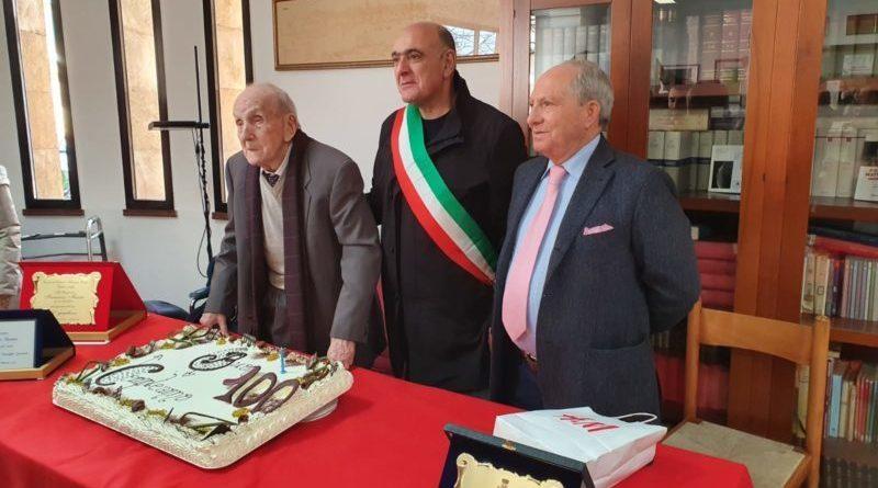 Santa Ninfa: I 100 anni del maestro Mauro; sindaco consegna targa