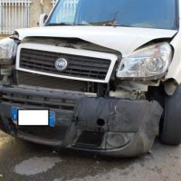 Botto tra auto e autocarro in centro storico: Tanti i danni ai mezzi e (fortunatamente) illesi i protagonisti