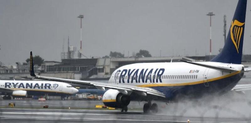 Allarme bomba in aereo Ryanair decollato da Cracovia. Arrestati due passeggeri
