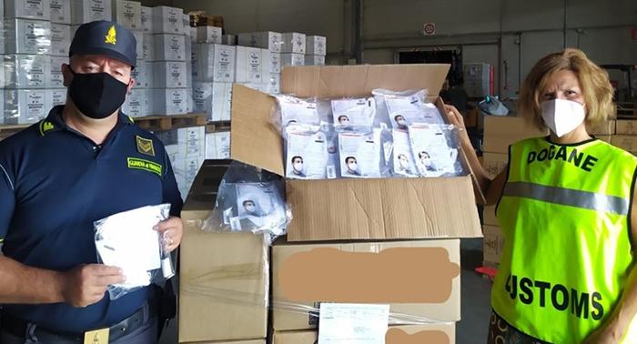 Marche, la Guardia di Finanza intercetta una carico di diecimila mascherine non idonee