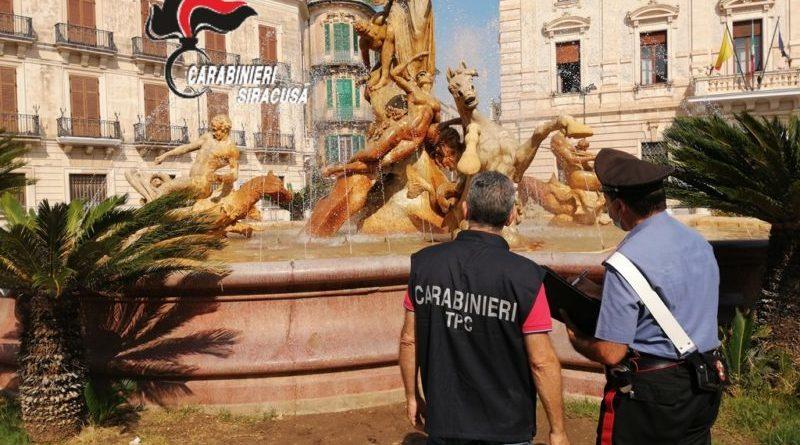 Siracusa. Turisti inglesi danneggiano mentre all'interno vi fanno il bagno, la Fontana di Diana a Ortigia