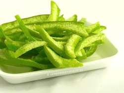 Pomelo deshidratado cortado en tiras de piel verde
