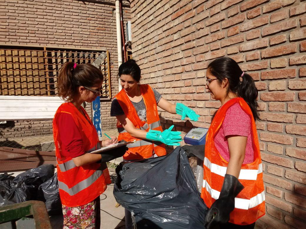 chicas trabajando con residuos