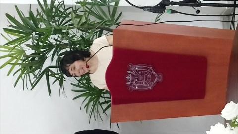 mujer en el podio hablando