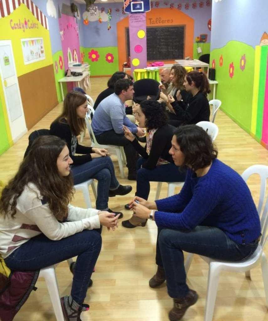 españoles y ingleses conversan con nativos
