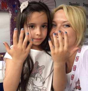 Pintando uñas y caras