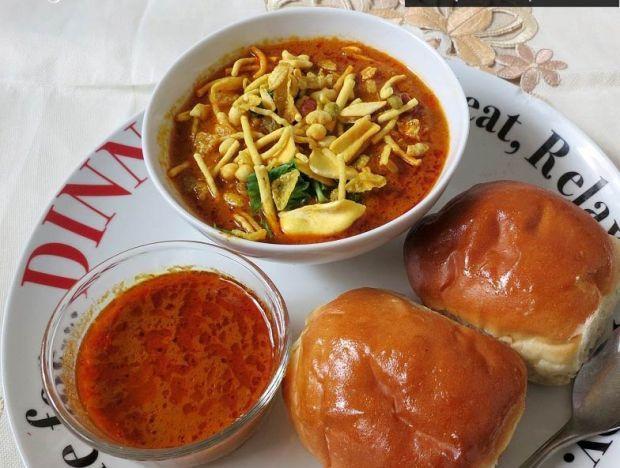 misal-pav-wada-pav-pune-favorite-snacks