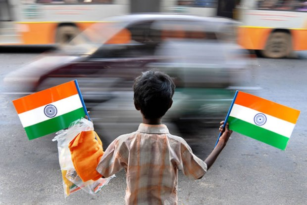 kids selling Indian Flag on road