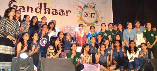 Gandhaar-2018-Girls-group-on-stage