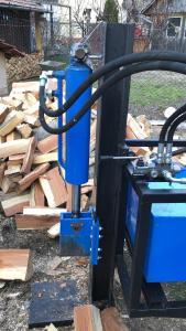 Despicator vertical pentru lemn de foc