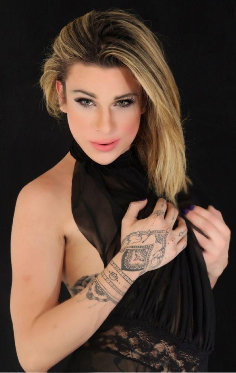 Transex tatuada safada