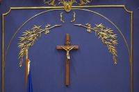 [A photo of the crucifix hanging the Québec National Assembly.]