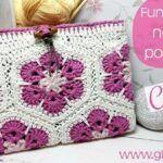 Funda para tablet a crochet con flores africanas.