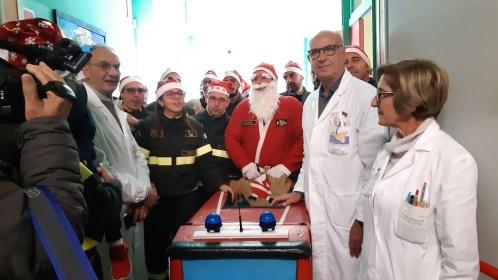 I Vigili del fuoco donano giocattoli ai bimbi ricoverati in pediatria
