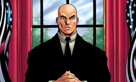 John Cryer muestra el anillo de Lex Luthor para Supergirl