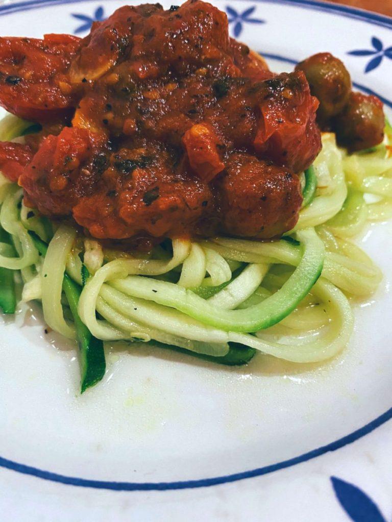 Falsos espaguetis de calabacín con falsa putanesca
