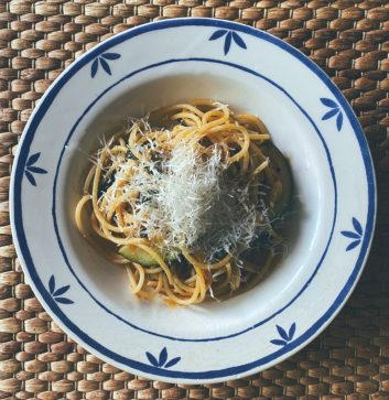 Espaguetis con calabacines y aceitunas negras