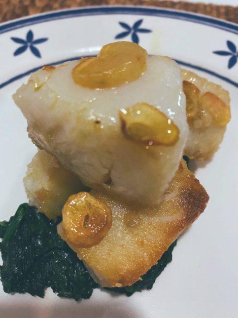 Las delicias de merluza a la bilbaina sobre espinacas al aroma cítrico