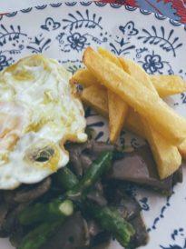 Platón: huevos fritos con setas, trigueros y patatas fritas