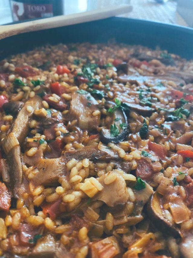 Cuando te sobran restos de otras preparaciones que no dan para una ración pero si para ser parte de otra receta dan como resultados recetas como el arroz de verduras y setas en sartén, un lujo de plato que te resuelve una comida en escasos 20 minutos.