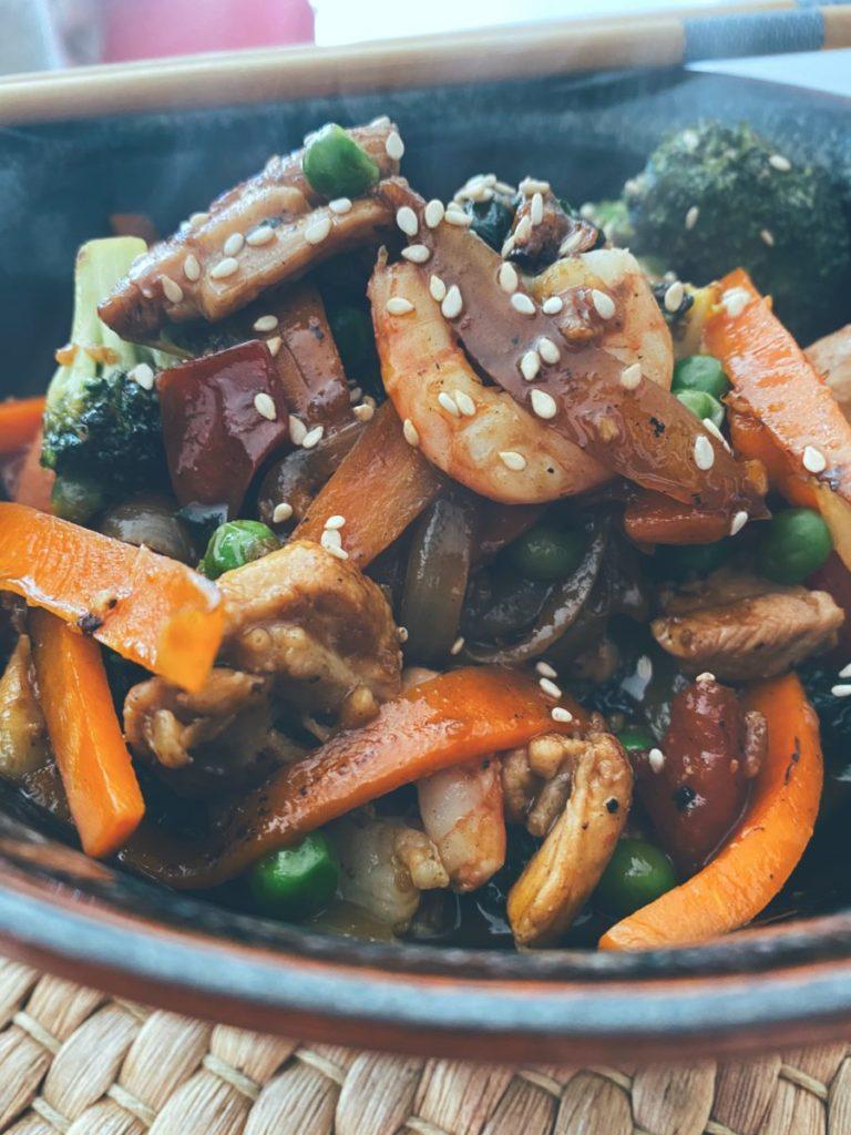 El wok de pollo, gambas y verduras