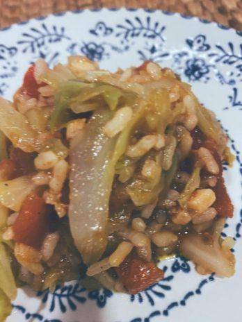 El repollo y el arroz saltan juntos