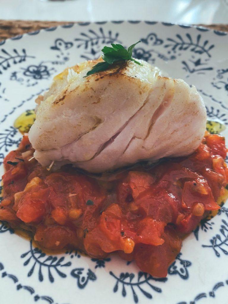 La merluza a la plancha con concasse de tomate al chile habanero