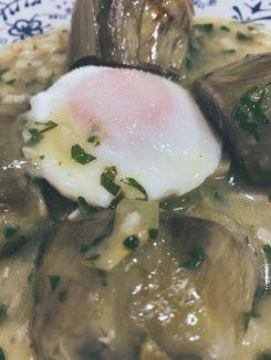 Las alcachofas con un huevo dentro