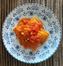 Los raviolis de maíz, mozzarella, albahaca al burro e pomodoro
