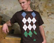 Mais uma vez na cultura pop: camiseta mistura argyle e o game Space Invaders.