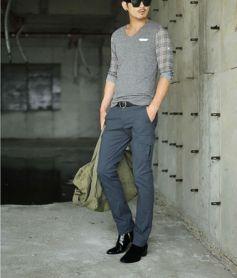 Look completamente casual com modelo bem acertado ao corpo.