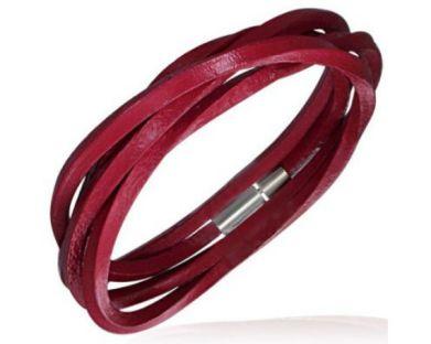 Mesmo o couro tem seu lugar no verão com versões coloridas das pulseiras que fizeram sucesso no inverno.