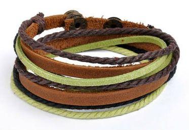 Pulseiras que mesclam vários tipos de materiais e cores são uma ótima opção!