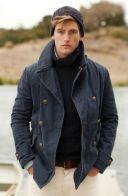 Casacos que seguem o modelo pea coat em sarja ou lã podem ser usados no dia a dia, mas tem origem nos pescadores e marinheiros.