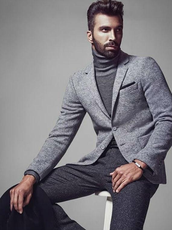 """86e8b8365e Tons de cinza – O visual invernal conseguido com a """"turtleneck"""" funciona  muito bem com tons de cinza espalhados por todas as peças do look"""