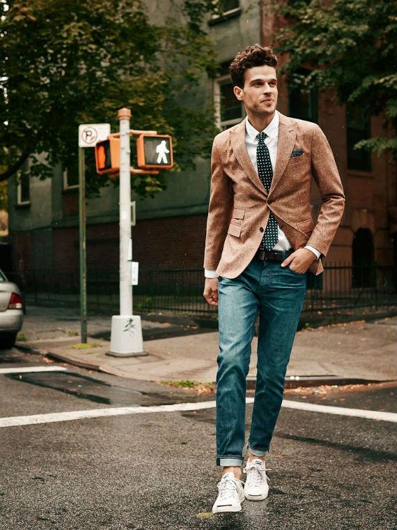 a34ed30275c A dupla jeans + blazer ganha um toque jovem e irreverente com a adição dos tênis  brancos de lona