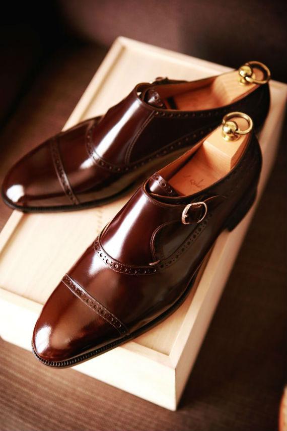 dbd2027c9e O sapato de bico redondo, seja ele casual ou social, é a melhor escolha,  pois é versátil, suas linha sinuosas nunca saem de moda (nem quando os de  bico ...