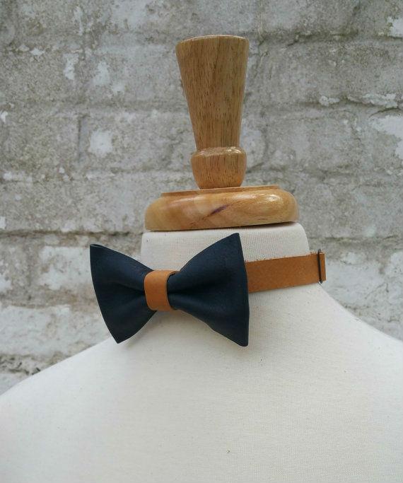 gravata-borboleta-azul-caramelo-couro
